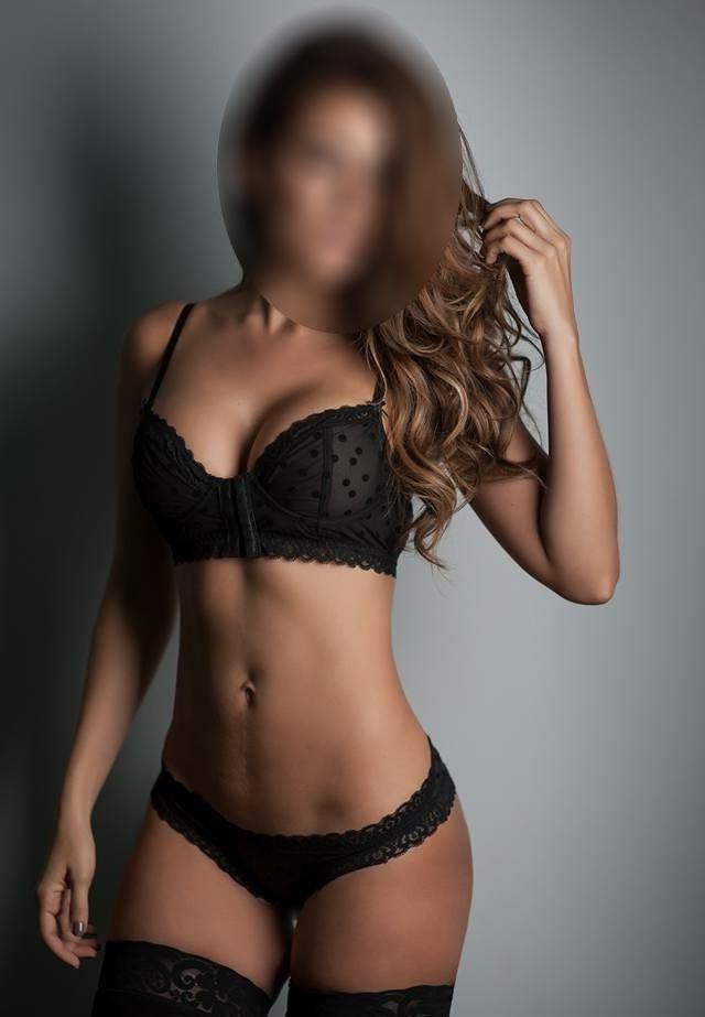 Larissa - Sexy Brunette